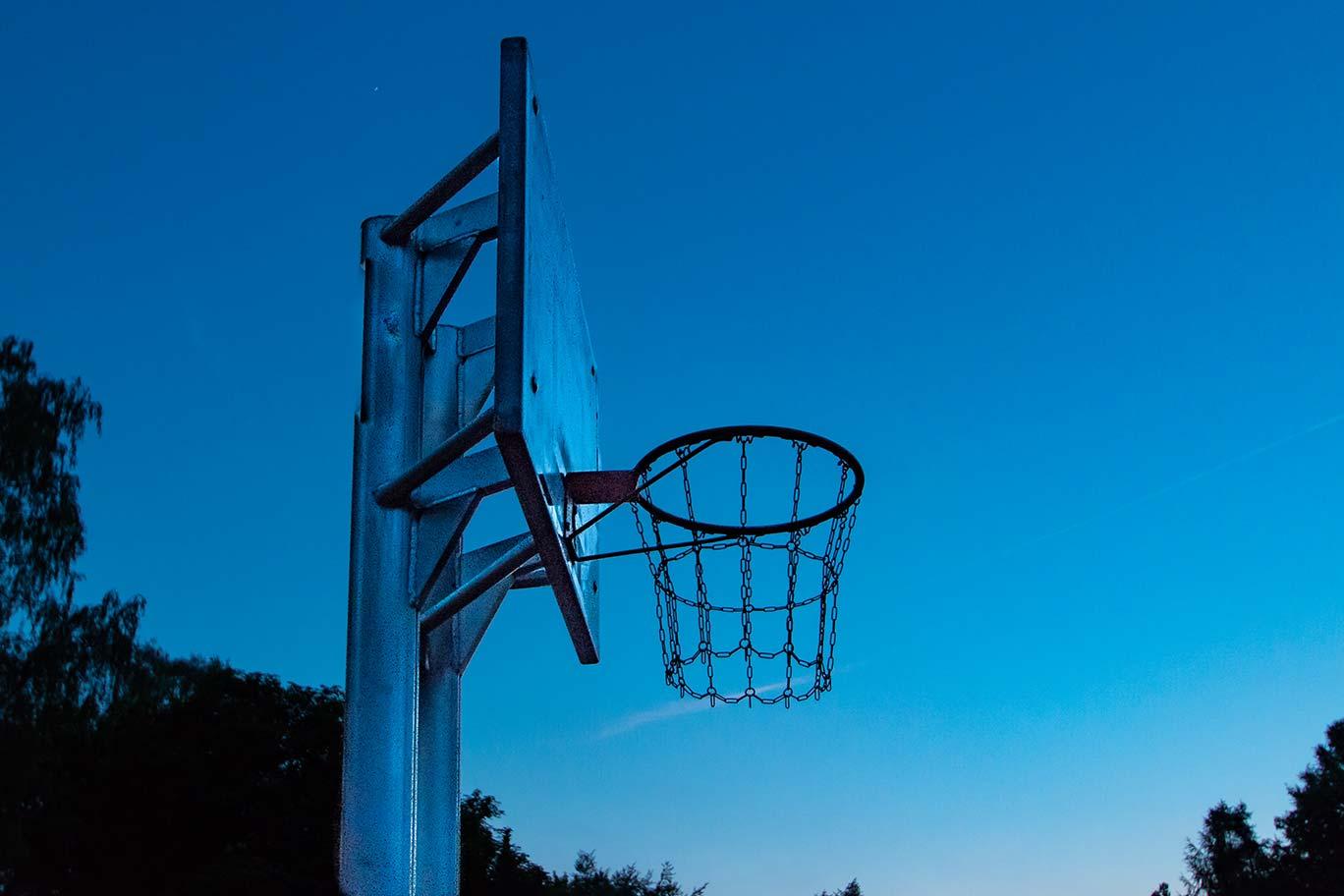 """Basketball-Korbanlage am Abend bei der """"Blauen Stunde"""" aufgenommen"""